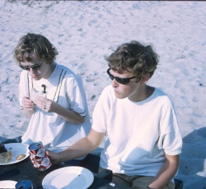 1968 Jun Elouise and Diane lunch on the beach